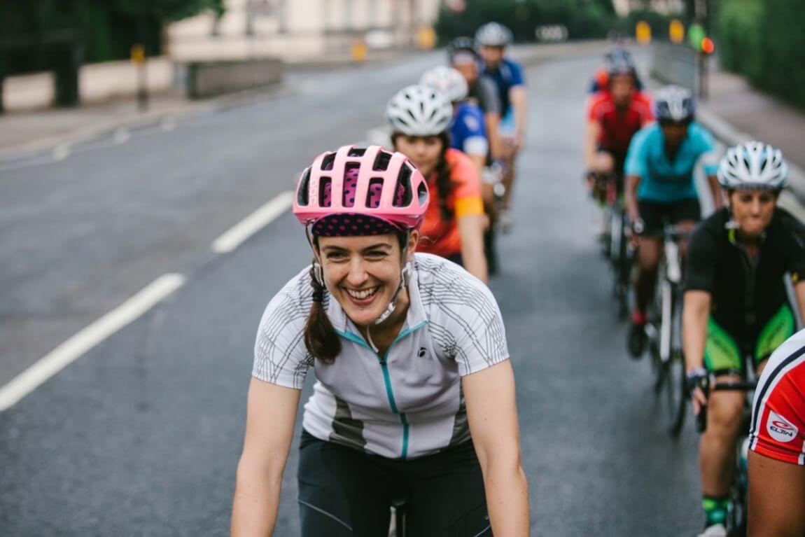 Frau beim Fahrradfahren